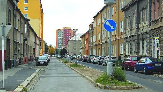 ŠAFAŘÍKOVA ulice projde velkou rekonstrukcí. Zmizí středový pás s lampami, přibudou parkovací místa. Na snímku je pohled z Blatenské ulice, nově se bude moci jet pouze tímto směrem.