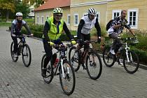 Kolem patnácti cyklistů se vydalo na stokilometrovou jízdu.