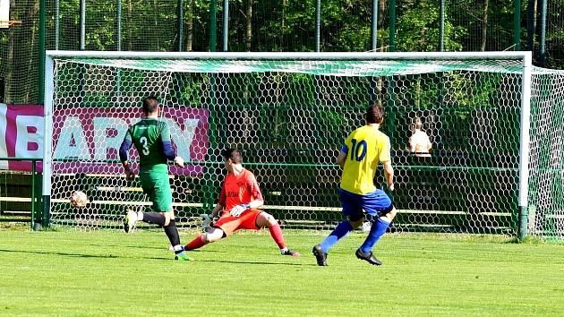 Běží 15. minuta utkání a Vít Karban z Kadaně (ve žlutém) vyrovnává na 1:1. Gólu se marně snaží zabránit hráč Perštejna Jiří Chmelan.