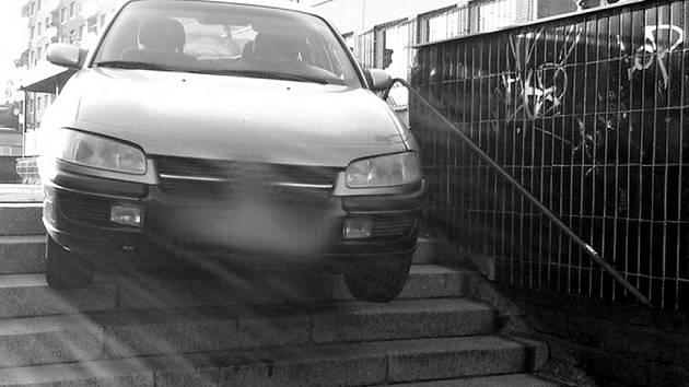 Auto v chomutovské Hornické ulici uvízlo na schodech