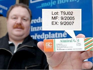 Radek Karvánek přišel včera do redakce ukázat paragon i prošlé léky. Ve výřezu z fotografie je vidět, že lhůta použitelnosti (EX) vypršela už v září 2007.