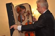 Houslový virtuos a umělecký ředitel přehlídky Jaroslav Svěcený ukázal na tiskové konferenci některé z exemplářů, které ozdobí výstavu houslí, viol a smyčců z osmi zemí.