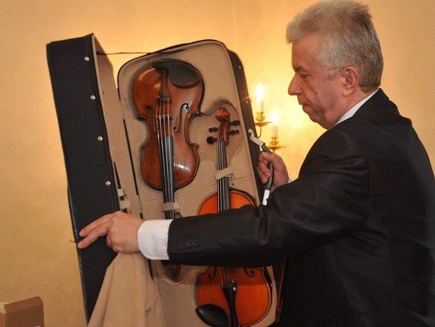 Houslový virtuos a umělecký ředitel přehlídky Jaroslav Svěcený ukázal na tiskové konferenci některé zexemplářů, které ozdobí výstavu houslí, viol a smyčců zosmi zemí.