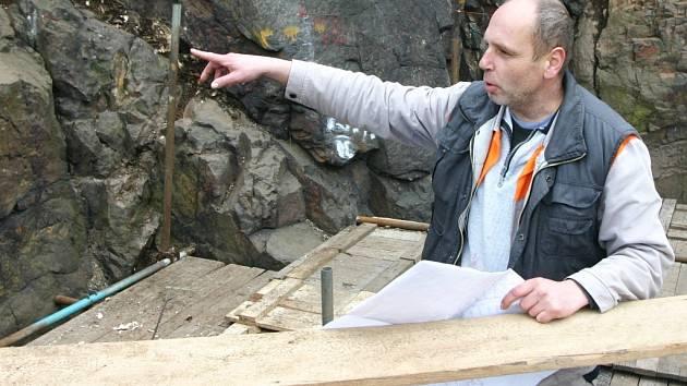 V Kadani bude v rámci cyklostezky vybudována visutá lávka, zakotvena přímo na skále. Stavbyvedoucí kadaňské formy FRK Pavel Šuster si prohlíží stavební plány netradiční lávky.