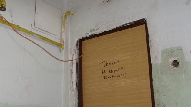 Načerno napojená elektrika vede do bytu Tokárových.
