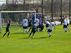Běží 87. minuta utkání a hosté v zeleném otáčí zápas. Po rohovém kopu střílí vítěznou branku Perštejna Jaroslav Straka.