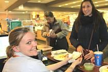 ZAVEDENÍ EET se týká také restaurace v chomutovském hypermarketu Globus. Tady se na ní dobře připravili a od prvního dne běží bez problémů. Na snímku pokladní vrací peníze s účtenkou jedné ze zákaznic.