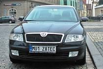Hned deset značek na přání si nechal udělat Městský úřad v Žatci. Na jejich autech je například značka MU1 ŽATEC (viz foto).