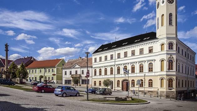 Náměstí a radnice v Klášterci nad Ohří