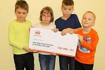Dominik Hodic, Adélka Tesařová, Adam Ježek a Jiří Kryštof Jedlička (zleva) se symbolickým šekem od Nadace ČEZ.