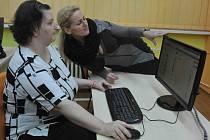 Klientka domova Alena Hillová si vyzkoušela nový počítač ve vzdělávací místnosti. Asistuje jí jirkovská místostarostka Dana Jurštaková.