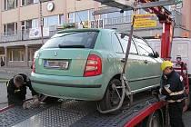 Jedno z aut, jehož řidič ignoroval blokové čištění. Snímek je z letošního čištění v Jirkově - konkrétně na Ervěnické.