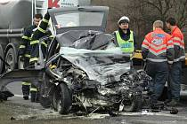 Ford Escort skončil po nárazu do nákladního vozu sešrotovaný. Řidička nepřežila.