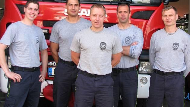 CHOMUTOVŠTÍ HASIČI Jan Malcovský, Jan Červeňak, Petr Král,Václav Lípa a Martin Jor (zleva doprava) po návratu domů ve své stanici.