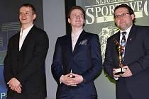 David Kämpf (vlevo) přebral ocenění v kategorii jednotlivců a společně s Davidem Kašem a tiskovým mluvčím Pirátů Liborem Kultem i ceny za první místo Pirátů v kategorii kolektivů