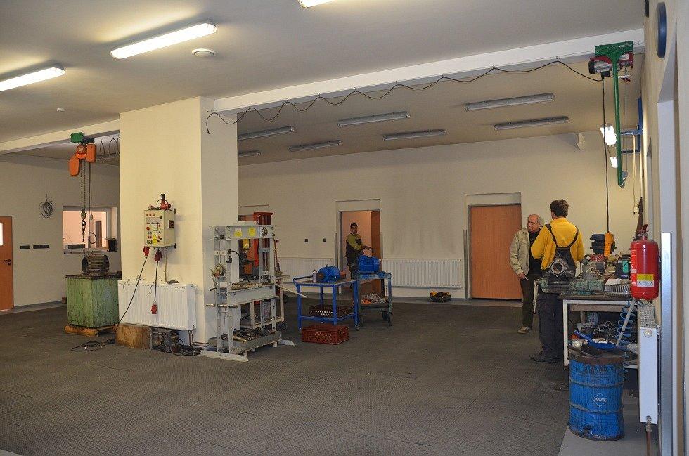 V prostoru, kde byl hlavní sál, je dnes opravna elektromotorů.
