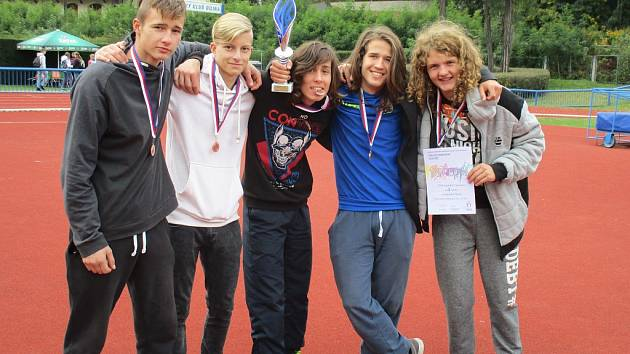 Sportovci ze ZŠ Kadaňská Chomutov vybojovali třetí místo v krajském finále atletického čtyřboje družstev v Bílině.