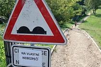 Vstup na vlastní nebezpečí, hlásá značka v jirkovském parku