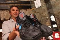 REPREZENTAČNÍ BOTY Jiřího Welsche. Skoro nové sportovní boty věnoval basketbalista do muzea Jirků v Jirkově, když ho o to požádal šéf jirkovské kultury Bedřich Fryč (na snímku).