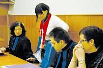 SOUD. Obžalovaná Jaroslava Lochařová právě usedá vedle své advokátky. Spolu se Šárkou Hatašovou jsou obviněny z trestného činu týrání svěřené osoby.