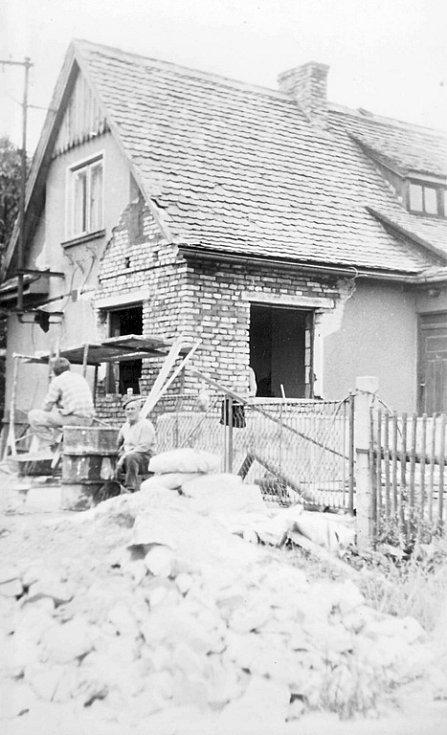 V Lipské ulici najel tank do domu. Rodina si musela jeho část dostavět.
