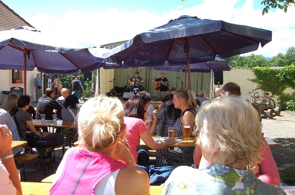 Na malém pódiu zahrálo několik kapel, na snímku Pepa Štross se synem.