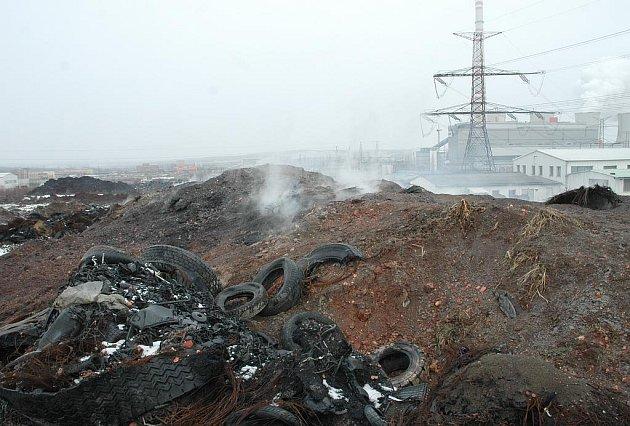 Skládka pneumatik u Tušimic stále prohořívá.