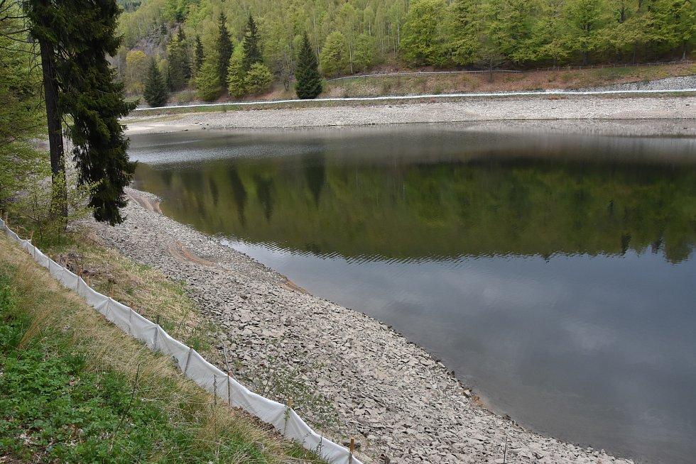Přehrada je obehnaná bariérou z fólie, která brání ropuchám, aby sestoupily k vodě. Kvůli klesající hladině by mohly přijít o snůšku.