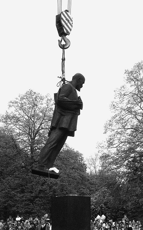 Sochu V. I. Lenina, která stála před chomutovským divadlem, demontovali 30. dubna 1990.