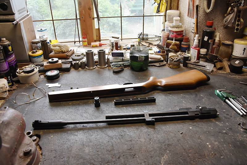 Ve své dílně v Háji puškař opravuje vzduchovky.