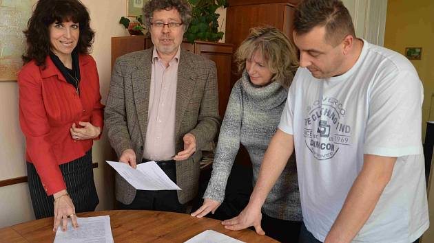 Členové petičního výboru Miroslav Rozsypal, Iveta Kaňuková a Vlasta Kubaczková (zprava) požádali o pomoc senátora Václava Homolku (v saku). Ukázali mu petici se sedmi sty podpisy.