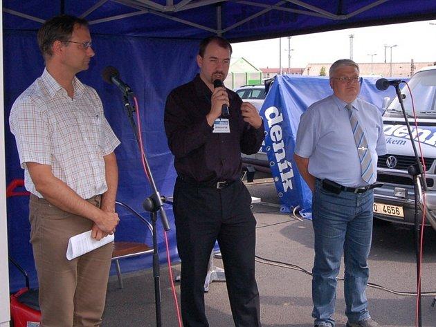 Jan Řehák, šéfredaktor chomutovského deníku Josef Dušek a Ladislav Drlý během diskuze na chomutovském Dnu s Deníkem.