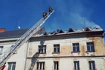 Požár střechy u bytového domu ve Vejprtech.