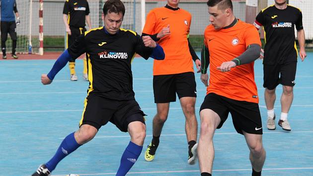 Tým FC Jirkov 2000 (na snímku v oranžových dresech),  jako jediný neztratil v prvním turnaji elitní ligy ani bod. Tým SKI Team Klínovec porazil vysoko 7:0.