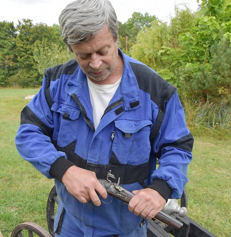 Václav Paar ukazuje vlastnosti soubojové pistole.