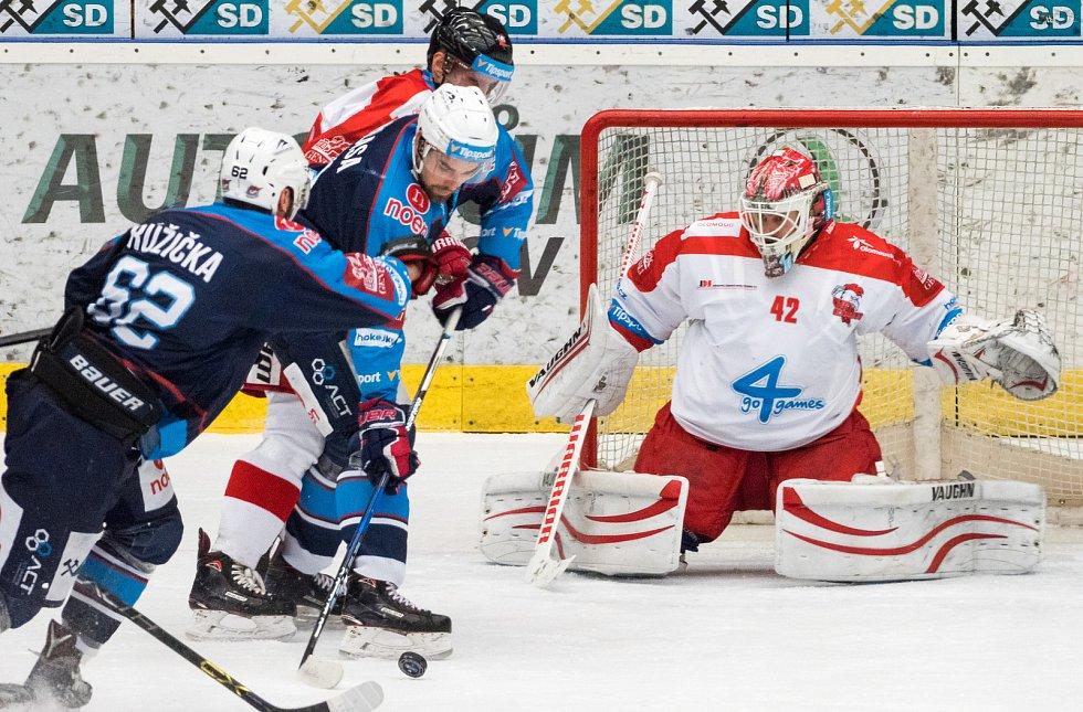 Piráti dnes dohrávají odložený zápas s HC Olomouc. Po první třetině je stav 1:0, kdy se v poseldní sekundě 1.třetiny trefil kapitán týmu Michal Vondrka. (6.12.2017)