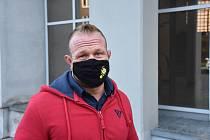 Známý plzeňský youtuber a kulturista Filip Grznár před chomutovským soudem.
