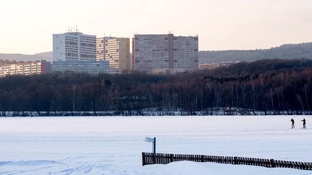 Zamrzlá hladina Kamencového jezera v Chomutově.