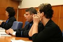 Rozsudek si vyslechla jen Šárka Hatašová (první zprava). Spoluobžalovaná Jaroslava Lochařová se se souhlasem předsedkyně senátu soudního jednání nezúčastnila.