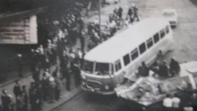 Snímek ze srpnových událostí roku 1968, jak je prožívali Chomutováci.
