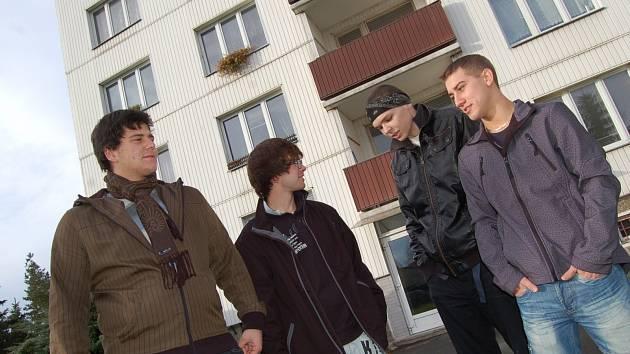 Čtveřice kluků, kteří svou duchapřítomností zachránili lidský život. Zleva Lukáš Pejška (19), Josef Aron (20), Petr Karbus (19) a Jiří Svitek (19) u domu, kde se vše odehrálo.