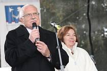 Prezident Václav Klaus a jeho manželka Livie Klausová zodpovídali otázky obyvatel a školáků z pódia.