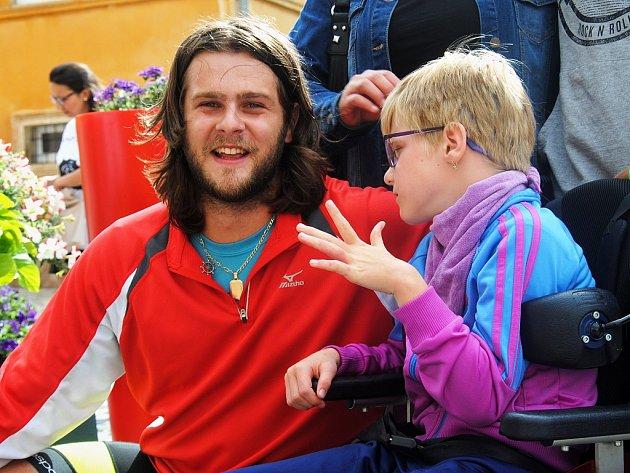 Milan Dzuriak vcíli cesty ze Slovinska do Jirkova. Na snímku je sMíšou Bernardovou, pro kterou jízdu na kole podstoupil.