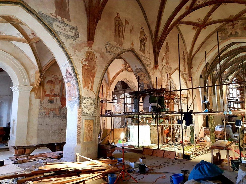 V kostele františkánského kláštera v Kadani dokončují práce restaurátoři