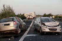 Tragická dopravní nehoda čtyř vozů na obchvatu Loun.
