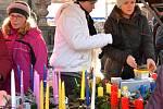 Na tržišti pořídíte klasické vánoční zboží - adventní věnce, svíčky, jmelí.