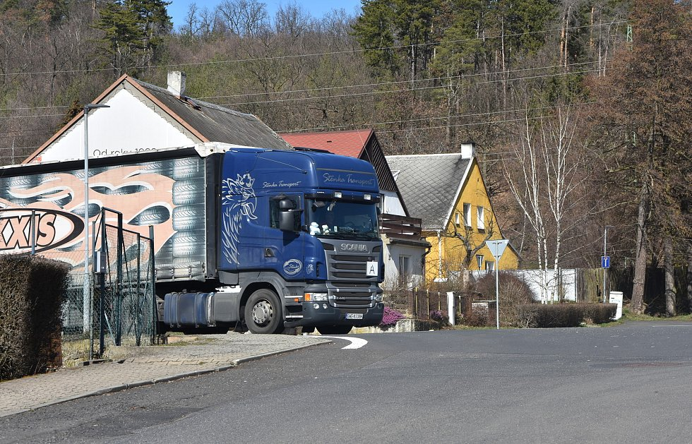 Málkov rozděluje rušná silnice I/ 13.