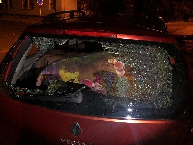 Vzteklý muž vchomutovské ulici Kamenická rozbil okýnko od cizího auta.