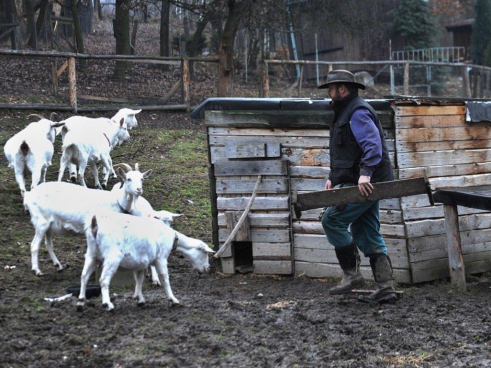 Farmář Radoslav Malarik na své farmě v Drmalech