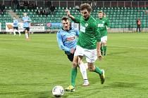 Fotbalisté FC Chomutov (na snímku v zelených dresech), mají o zimní přestávce o čem přemýšlet. V tabulce mají na 13. místě 18 bodů. Pokud se chtějí v divizi zachránit, musí na jaře zabrat